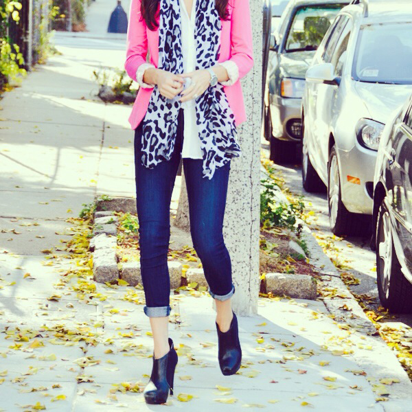 Pink blazer with animal print and cuffed jeans