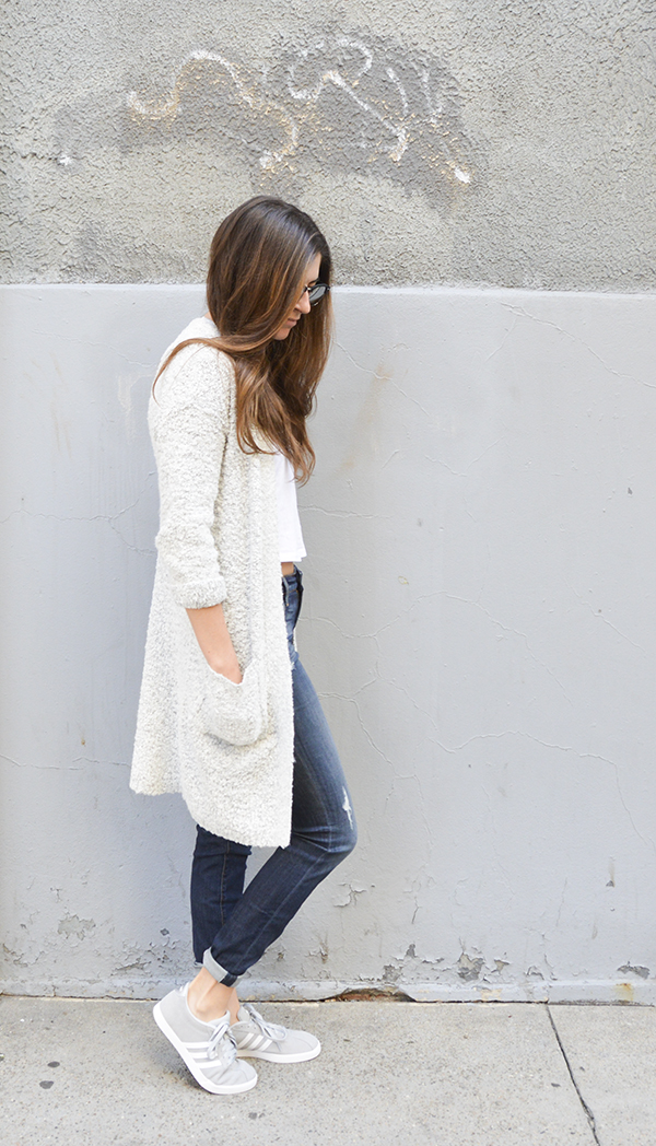 Long sweater with crop, jeans and sneakers