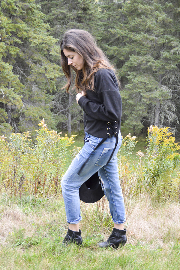 Chunky lace-up sweatshirt with black wide rim hat and boyfriend jeans